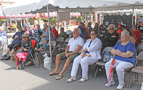A crowd watches the 95.3 The Wolf country showdown competition on Thursday.