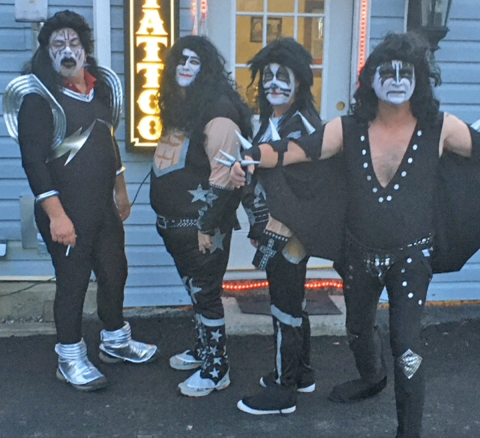 Kiss-in-Canton.png