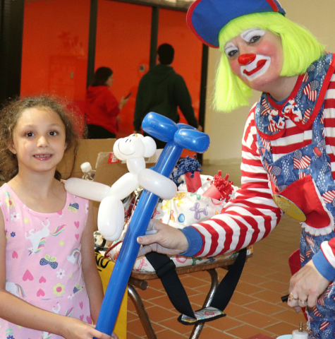 Potsdam-mall-clown-with-pink-girl.png